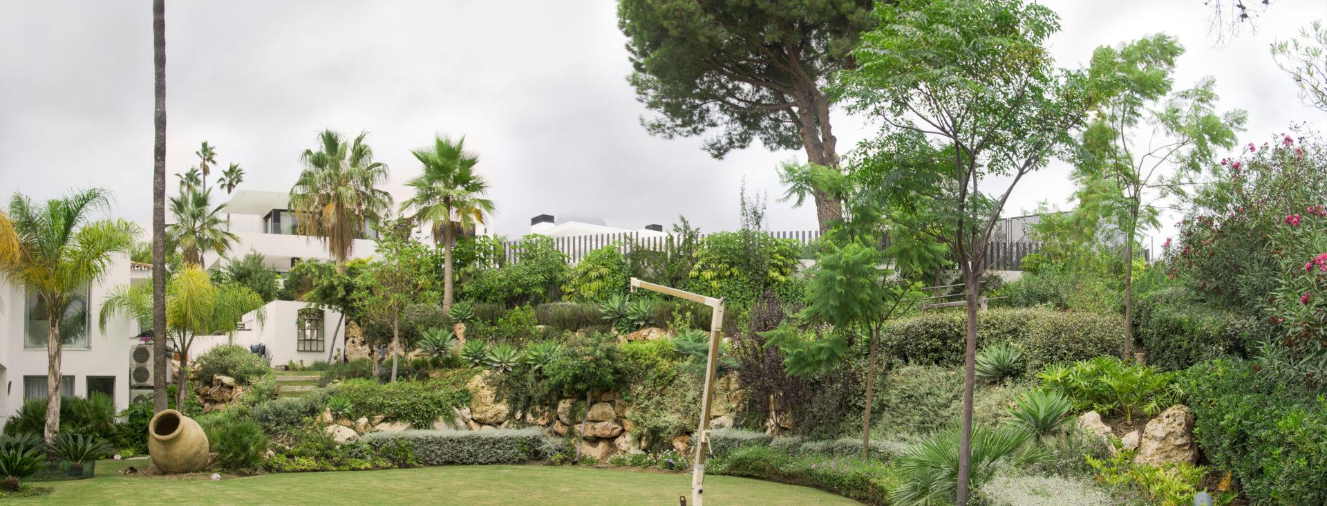 Jardín en la Las Lomas de Marbella club.